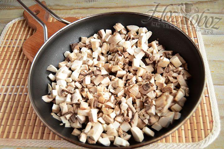 Обжариваем на растительном масле лук с грибами