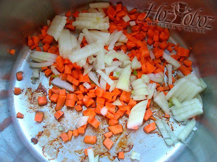Добавляем к моркови измельченный репчатый лук или порей