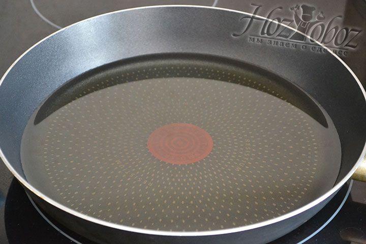На огонь помещаем сотейник или другую глубокую посудину и раскаляем в ней до бурления растительное масло