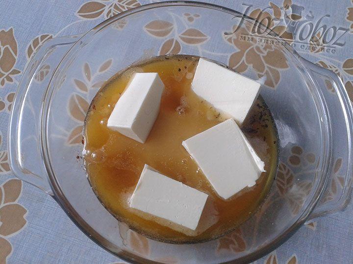 Вводим в смесь из меда и пряностей сливочное масло. Даем ему там раствориться и снова перемешиваем. Теперь эту смесь нам необходимо остудить
