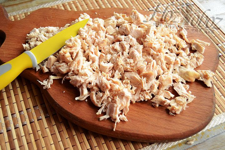 Печем или отвариваем куриное филе, а затем нарезаем его