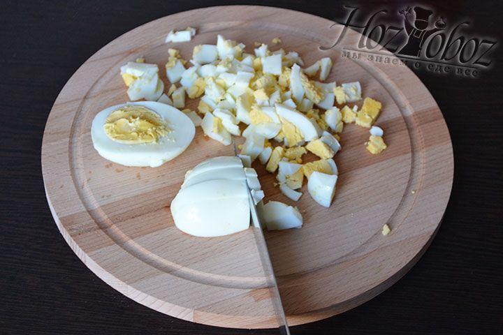Куриные яйца варим и нарезаем