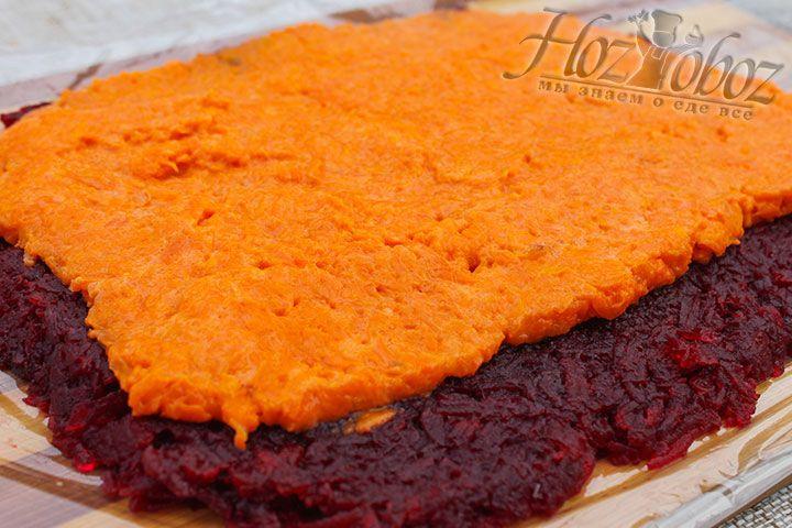 Чуть меньшим по диаметру делаем слой моркови, которым покрываем свеклу