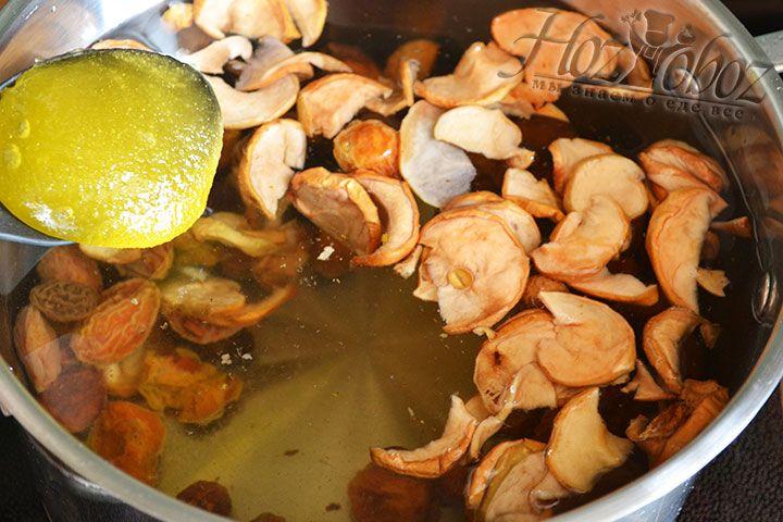 Ставим кастрюлю на огонь и нагреваем, а потом добавляем мед и все тщательно размешиваем