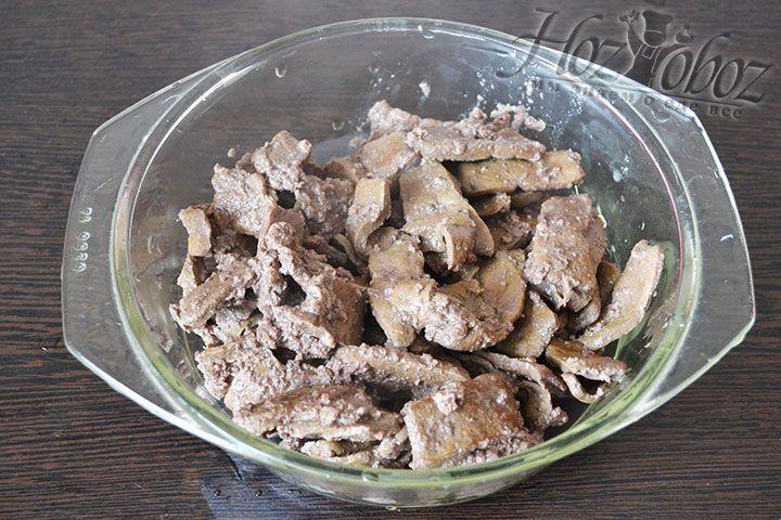 Обжаренную печень отбросим на дуршлаг и дадим стечь излишкам масла