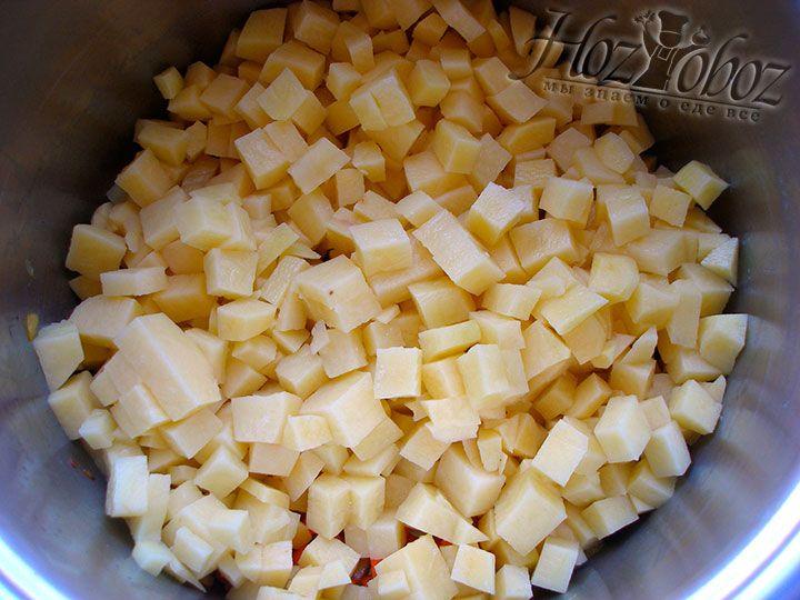 Клубни картошки чистим, нарезаем кубиками и отправляем в ту же кастрюлю