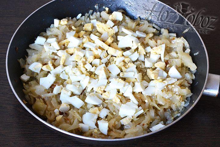 Вводим нарезанные яйца в жаренную начинку и все смешиваем