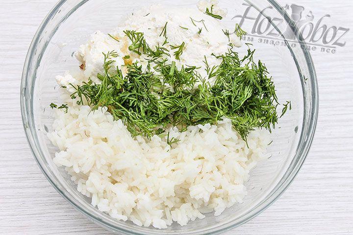 В миске смешиваем рис, зелень, соль и творог
