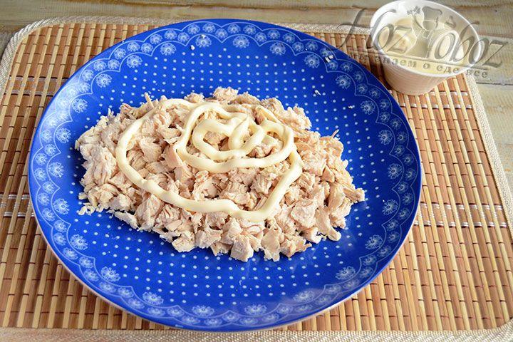 Смазываем мясной слой салата майонезом