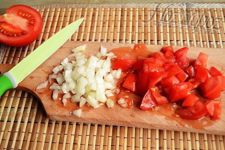 Измельчаем лук с томатами