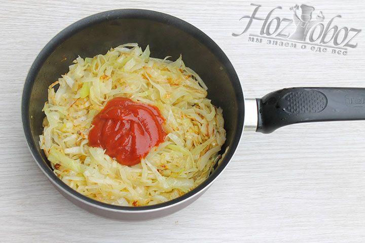 Обжарим овощи до золотистого цвета и введем томатную пасту или сок