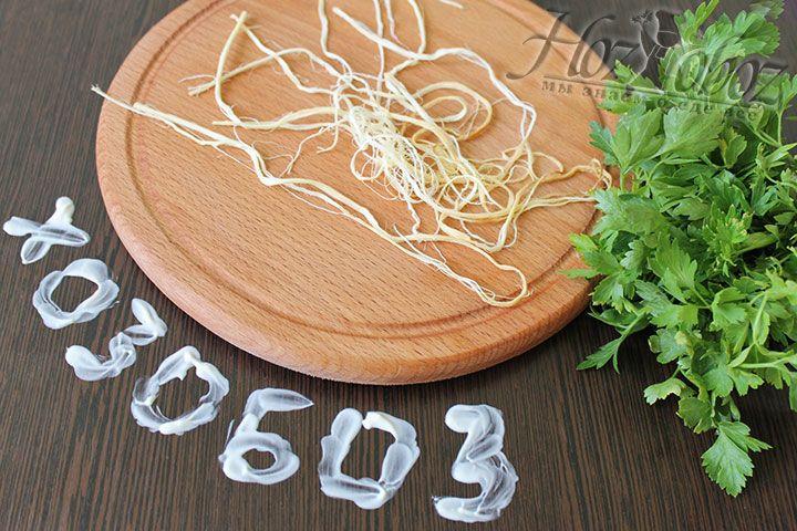 Для порции салата используем не более 3 жгутов косички. Причем, каждую из порционных полосок следует разделить на мелкие волокна и чем больше таких у Вас получится тем лучше