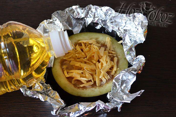 Теперь делаем из фольги формочку, как на фото, посыпаем баклажан натертым сыром и слегка сбрызгиваем растительным маслом