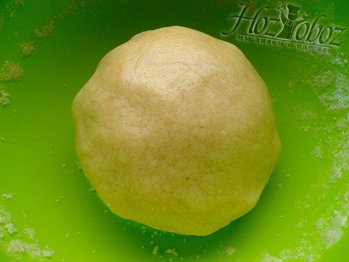 Из теста делаем шар и в пищевой пленке отправляем в холодильник не менее чем на 30 минут