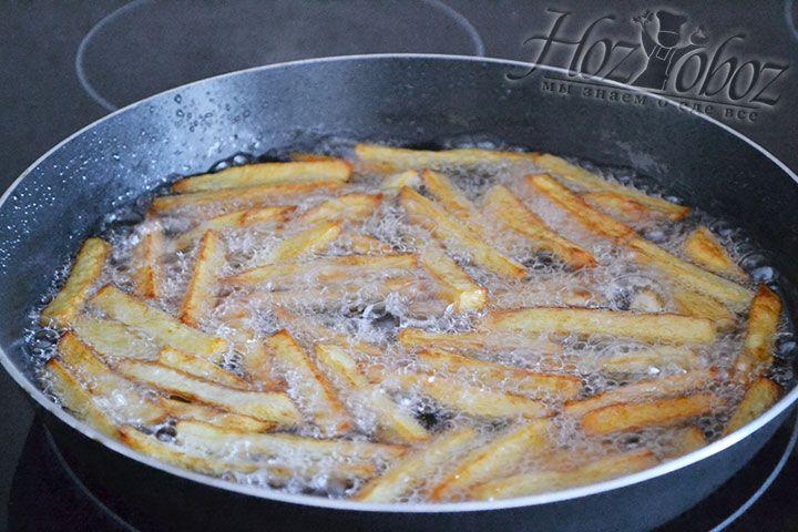 Картошка должна не просто жарится на масле, она должна в нем кипеть и плавать на поверхности. Как только появится золотистый оттенок - фри можно вынимать