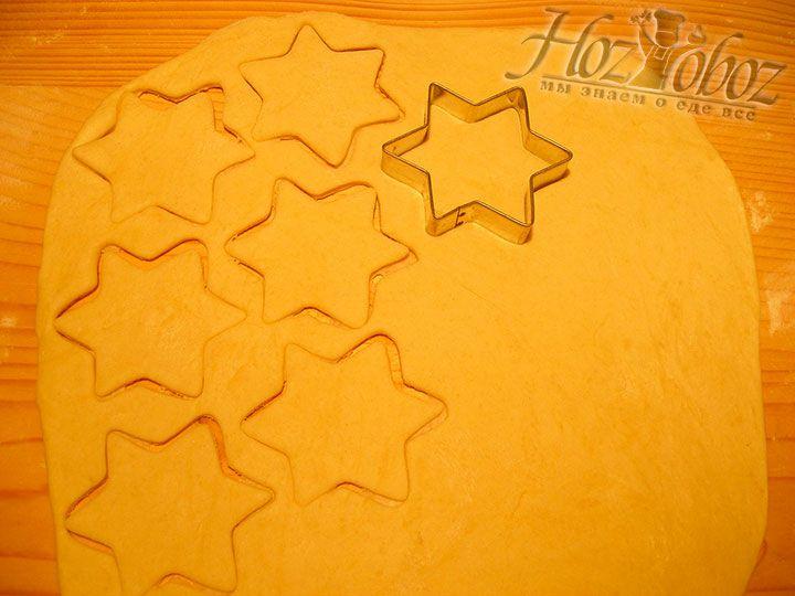Охлажденное тесто следует раскатать в пласт толщиной около 5 мм и нарезать так как Вам нравится