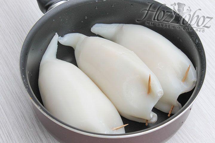 Варим кальмары в глубокой посуде примерно 3 минуты. При желании их можно также запечь, но тоже не более 3 минут
