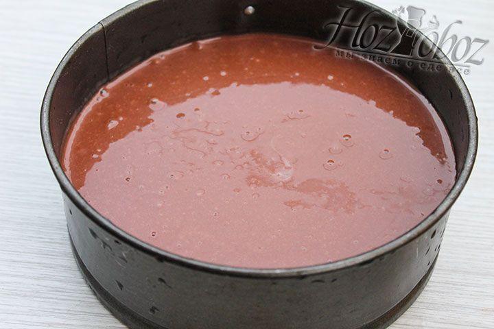 Выливаем тесто в форму и выпекаем при температуре около 180 градусов не менее 40 минут