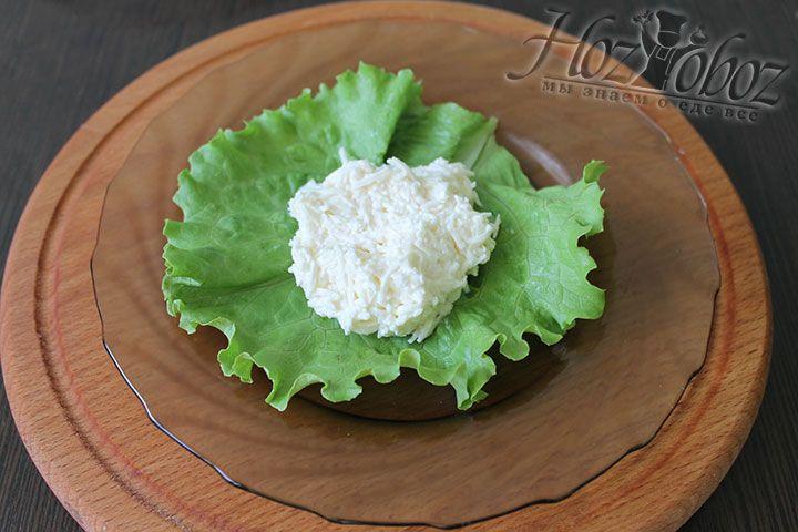 Для сервировки кладем а тарелку лист салата либо любую другую зелень, а сверху помещаем столовую ложку сырной массы округлой формы