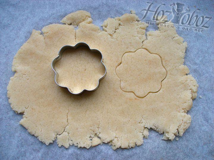 Охлажденной тесто разделяем на части и раскатываем в пласт. Из коржа толщиной 3-4 мм формочками выдавливаем фигурки