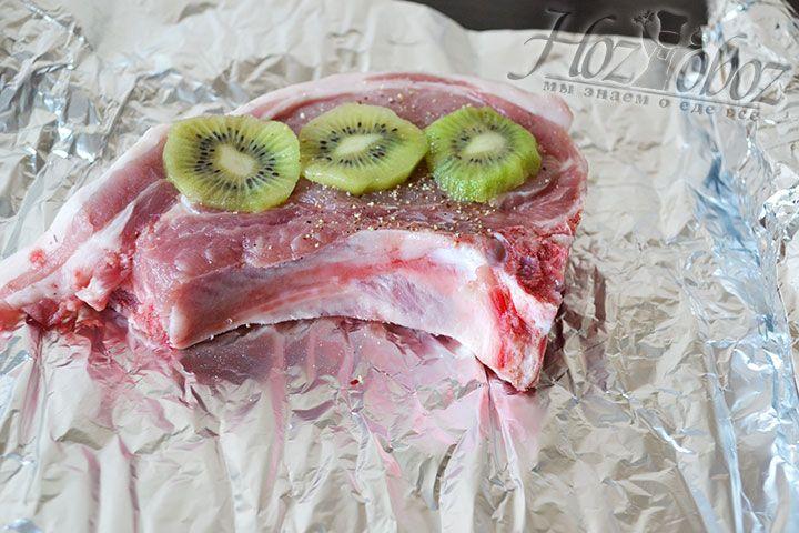 Кусочки киви выкладываем на каждый кусок мяса