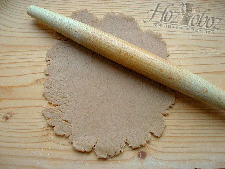 Готовое тесто следует раскатать скалкой. Чтобы облегчить работу лучше вначале разделить его на две части и сделать это поэтапно