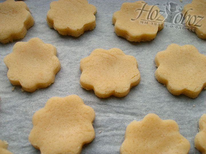 Противень застилаем пергаментом и выпекаем печенье в духовке при температуре 180 градусов на протяжении 20 минут