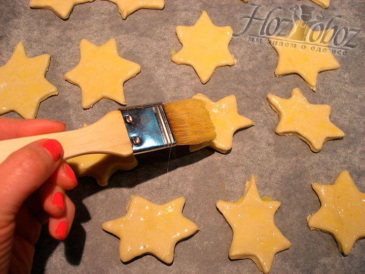 Смазываем печенье яичной смесью