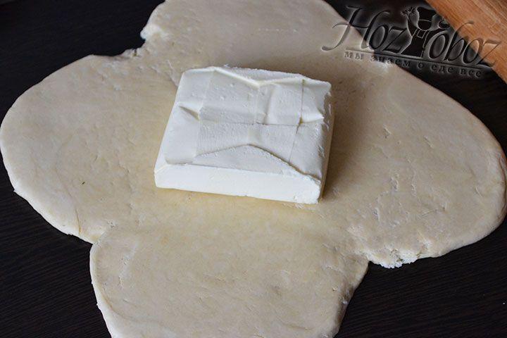 Раскатываем тесто в форме цветка с лепестками и помещаем в середину сливочное масло