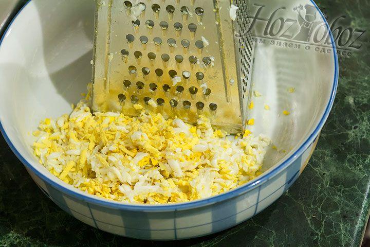 Яйца натираем и смешиваем с майонезом, а затем выкладываем на куриную грудку