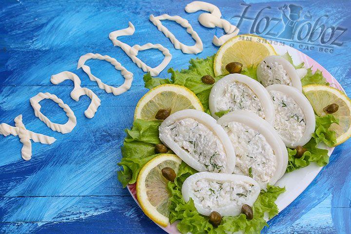 Остужаем тушки кальмаров и нарезаем на колечки. Подавать кальмары необходимо с дольками цитрусовых для аромата