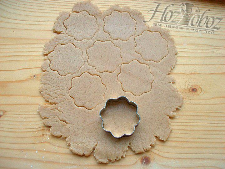 С помощью форм выдавливаем из пласта печенье