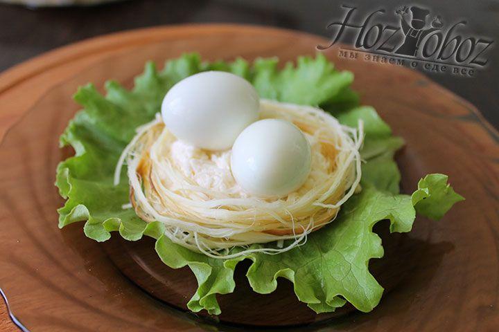 Внутрь каждого импровизированного гнездышка помещаем несколько отваренных и очищенных перепелиных яиц