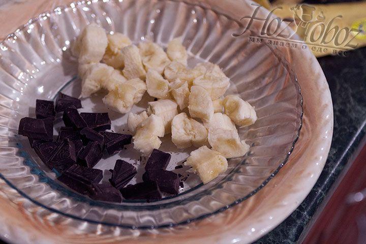 Режем на кусочки очищенный банан и шоколад