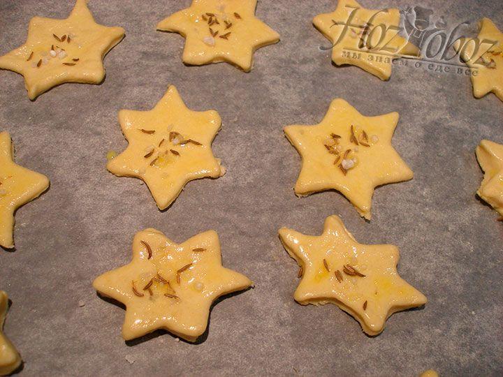Посыпаем печенье тмином и солью