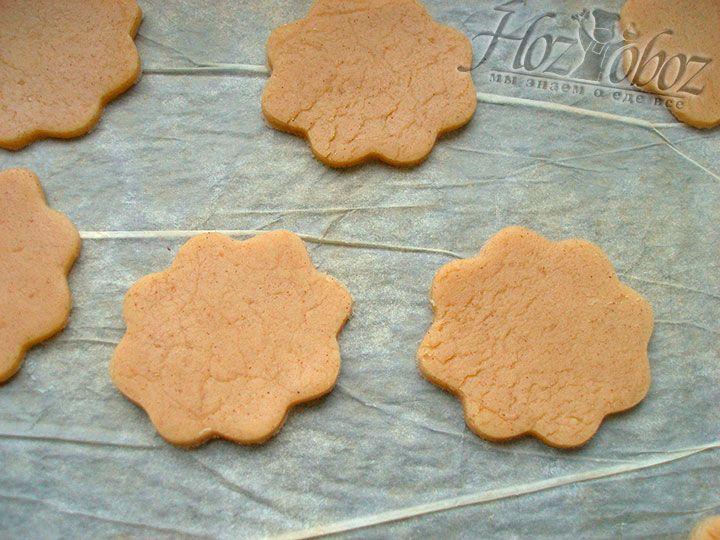 Готовые печеньки помещаем на устланный бумагой противень и выпекаем в духовке при температуре 180 градусов около 10 минут. Тонкое печенье лучше подержать в духовке не более 7 минут