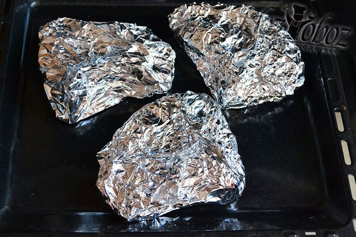 Уже замаринованное мясо помещаем на противень и запекаем в духовке полтора часа при температуре 230 градусов. Важно примерно за 30 минут перевести духовку в режим верхнего нагрева