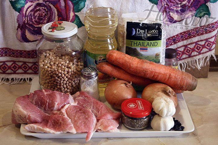 Подготовим необходимые для плова продукты. Однако, мы используем не сборные мясные ингредиенты как в классическом рецепте, а обычную свинину