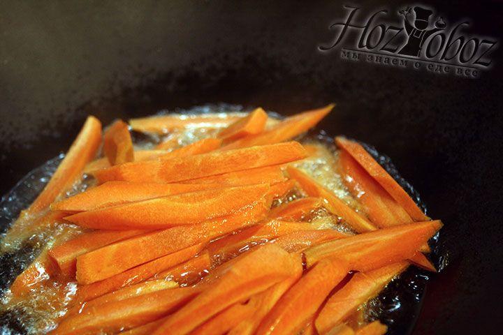 Как только в воке рсакалится растительное масло, забрасываем морковь