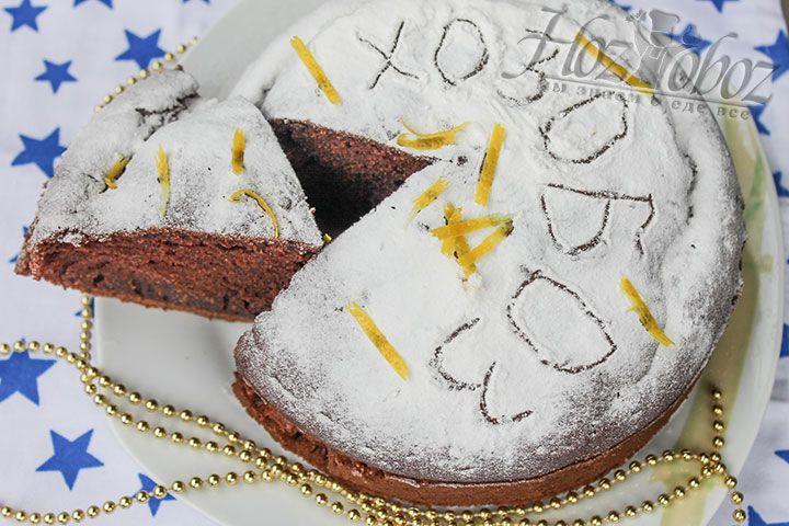 Готовый бисквит следует остудить и только потом украсить сахарной пудрой