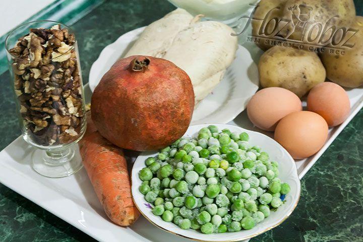 Для приготовления салата подготовим отваренный в кожуре картофель, замороженный горошек, сваренные яйца и куриную грудку