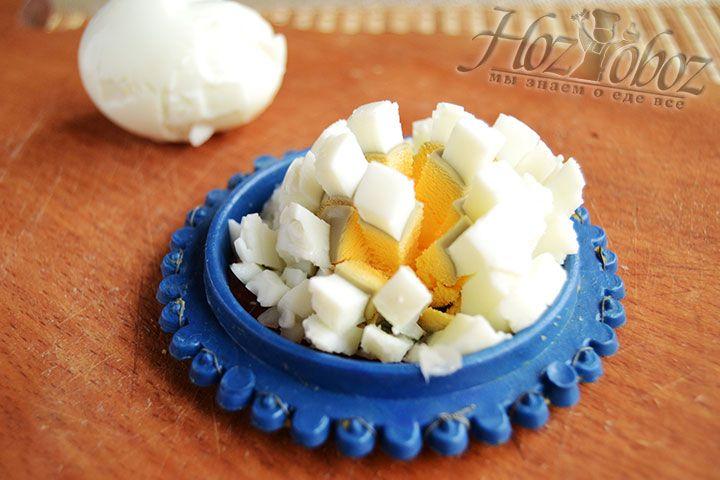 Нарезаем или натираем вареный яйца
