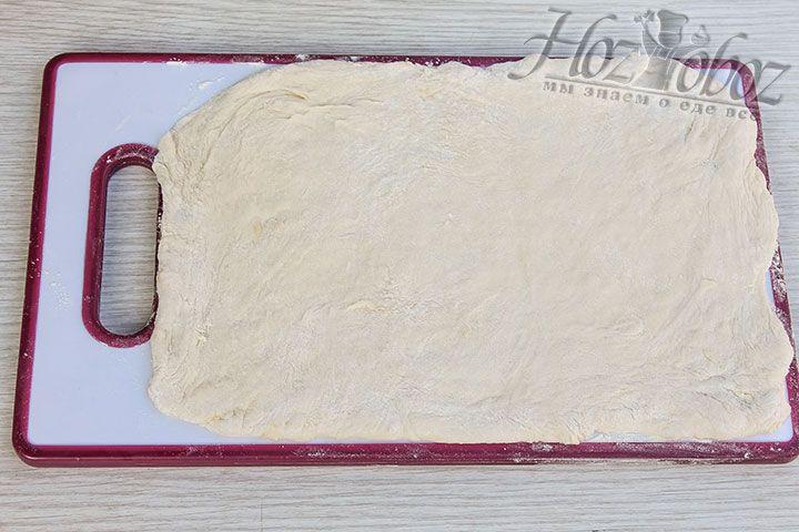 Готовое тесто раскатываем в корж прямоугольной формы