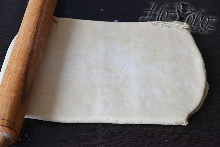 Края непременно нужно тщательно соединить и слепить после чего тесто нужно раскатать в прямоугольник