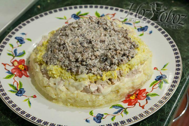 Орехи тоже смешиваем с майонезом и помещаем сверху на слой из яиц. В процессе всех этих манипуляций не забываем придать салату форму шапки