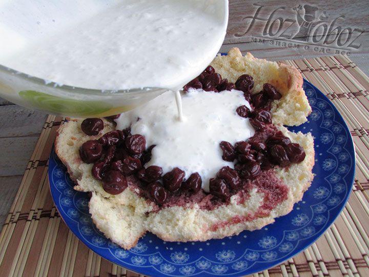 Поверх ягод наливаем половину крема из сметаны