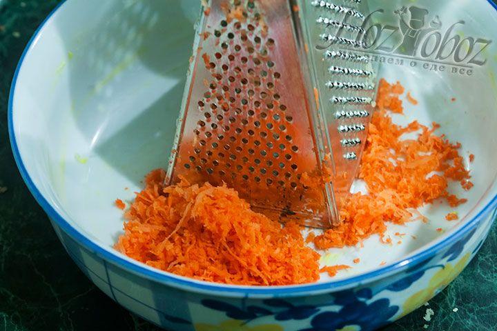 Натираем на мелкой терке сырую морковь