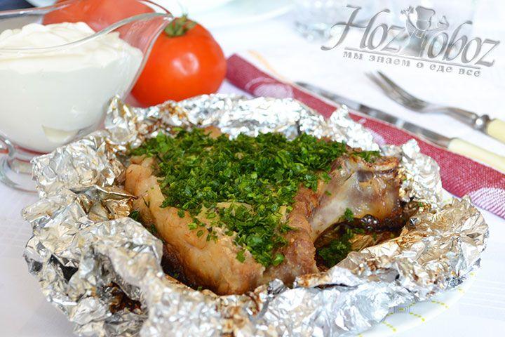 Для подачи мясо лучше всего посыпать свежей рубленной зеленью и овощами