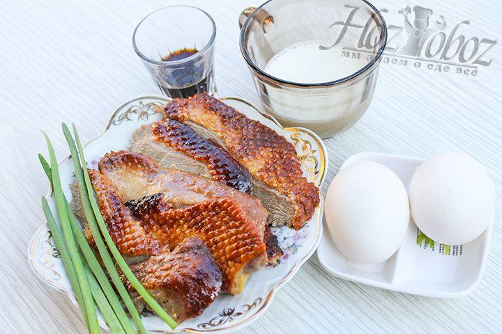 Нарежем утку порционными кусками и приступим к выпечке блинов