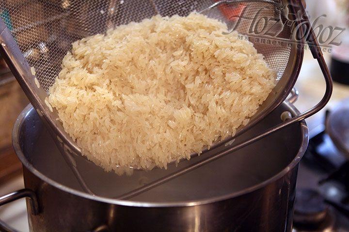 Рис промываем под холодной проточной водой